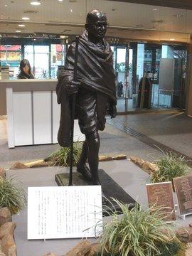 杉並区役所ガンジー像B.jpg